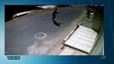 Homens armados com fuzil atiram contra casa de agentes penitenciários em Fortaleza - Saiba mais em g1.com.br