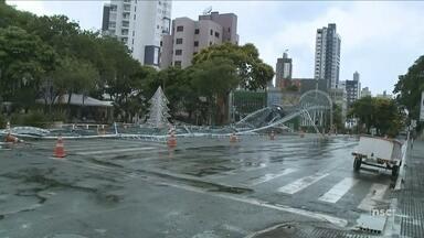 Vento e chuva derrubam estrutura de Natal no Centro de Chapecó - Vento e chuva derrubam estrutura de Natal no Centro de Chapecó