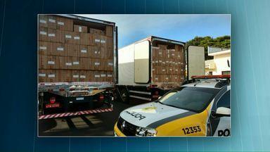 Polícia faz apreensão de cigarros contrabandeados - O carregamento estava distribuído em dois caminhões.