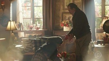 Henriqueta se ajoelha aos pés de José Augusto e pede desculpas - O Dono da Quinta pede para Henriqueta não dar mais doces à Mariana, mas não impede a portuguesa de visitá-la