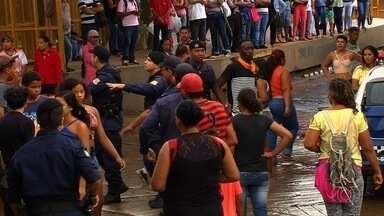Seguranças e ambulantes se envolvem em mais uma confusão em terminal de ônibus, em Goiânia - Vídeos mostram que um dos agentes estava armado no momento do tumulto.
