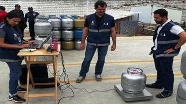 Instituto descobre que estabelecimentos de Cachoeiro, ES, vendiam gás irregularmente - Foram pesadas 250 botijas. Em vinte delas, fiscais descobriram irregularidades.