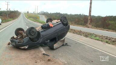 Quatro acidentes são registrados nas rodovias federais do Maranhão nesta segunda-feira(18) - Uma pessoa morreu na BR-402. Em São Luís, dois carros capotaram depois de deslizarem pela pista em um trecho que estava sujo com fertilizante.