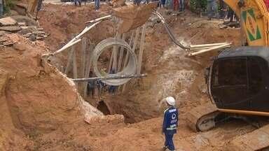 Cratera abre na rua Pará e deixa pontos de Manaus sem água - Trânsito na via, no bairro Nossa Senhora das Graças, foi interrompido. Manaus Ambiental afirma que ainda não há previsão para término de obras.