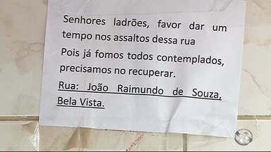 'Favor dar um tempo nos assaltos', diz placa colocada em poste por moradores no Agreste - Placa foi colocada em Santa Cruz do Capibaribe.