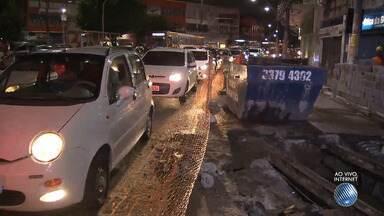 Trânsito da capital baiana tem engarrafamentos provocados por obras da Embasa - Reparos estão sendo executados no bairro da Calçada e na avenida Luís Eduardo Magalhães.
