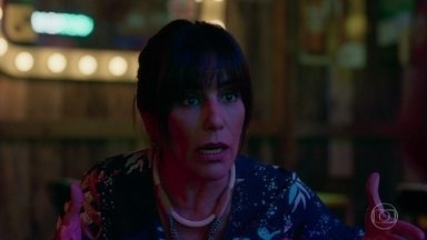 Duda teme que a polícia apareça em seu estabelecimento - Ela não deixa Caetana sair para falar com Mercedes