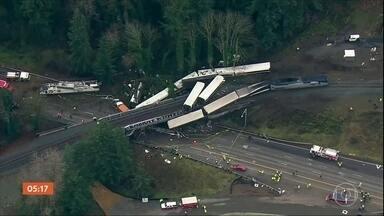 Três pessoas morrem e mais de 100 ficam feridas em descarrilamento de trem nos EUA - Os vagões caíram de um viaduto sobre uma estrada e atingiram sete veículos.