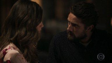 Renato condena o comportamento de Gael - Lívia questiona o marido sobre exame de corpo de delito de Clara