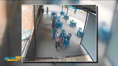 Câmeras de segurança registram assassinato em Foz do Iguaçu - A vítima estava em um bar com um amigo.