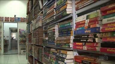 Pais procuram formas de economizar na horas de comprar o material escolar - Uma opção são as lojas que aceitam livros antigos como parte do pagamento.