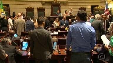 Vereadores trabalham até de madrugada para votar orçamento 2018 - Na Câmara Municipal, os vereadores trabalharam até de madrugada na aprovação de vários projetos que estavam pendentes. E o mais importante deles foi o orçamento da prefeitura para 2018.