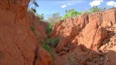 Erosão crescente em cidade de Goiás preocupa moradores - Fenômeno começou há dois anos quando cratera surgiu no meio de Planaltina de Goiás e não para de crescer.