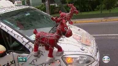 Apaixonada pelo Natal, taxista enfeita carro e se veste de Papai Noel no Recife - Osório Batista chama atenção por onde passa.