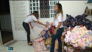 Voluntários se reúnem para arrecadar produtos e realizar doações durante o Natal - Voluntários se reúnem para arrecadar produtos e realizar doações durante o Natal