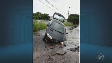 Carro é parcialmente 'engolido' por buraco em rua do Distrito de Barão Geraldo em Campinas - Equipes da Emdec e da Sanasa estiveram no local para averiguar a situação.