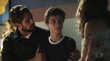 Renato promete levar Tomaz ao garimpo - O menino fica feliz com a ideia