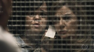 Estela vai com Sophia visitar Gael - Sophia promete tirar o filho da cadeia