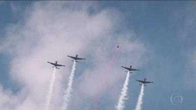 Homem-pássaro Luigi Cani inova e voa lado a lado com os aviões da Esquadrilha da Fumaça - Esquadrilha da fumaça ajuda aventureiro a realizar voos conjuntos.