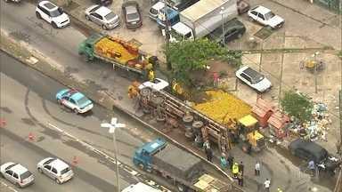 Caminhão de laranjas tomba na Avenida Brasil - Acidente foi no fim da madrugada.