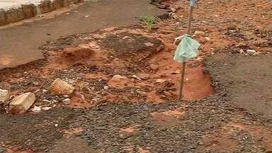 Moradores de bairro em Jales sofrem com a quantidade de buracos no asfalto - Moradores do bairro Jardim do Bosque, em Jales (SP), estão indignados com a situação do asfalto de todo do local. Isso porque é quase impossível dirigir sem cair em algum buraco. Em alguns pontos, com a chuva, o que era um buraco pequeno, se tornou uma cratera.