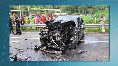Acidente deixa seis mortos na BR-393, em Três Rios, RJ - Segundo a Polícia Rodoviária Federal, carros bateram de frente quando passavam pelo km 176 da rodovia, no bairro Cantagalo.