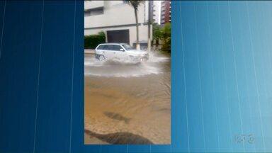 Ruas do litoral ficam alagadas, por causa da chuva dos últimos dias - Tempo permanece nublado na região de Curitiba e no litoral.