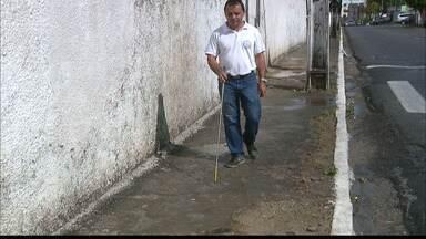 Acessibilidade : cegos tem dificuldade de caminhar por calçadas de João Pessoa - Até a calçada do Instituto dos Cegos está esburacada.
