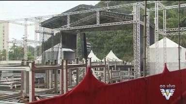 Arena montada em praia de São Vicente terá shows durante a temporada - Primeira apresentação será da cantora Marília Mendonça.