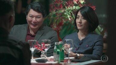 Mitsuko confronta Anderson durante o jantar - Tina, Telma e Noboru tentam aliviar o clima do jantar, mas a médica faz de tudo para deixar o rapaz sem graça