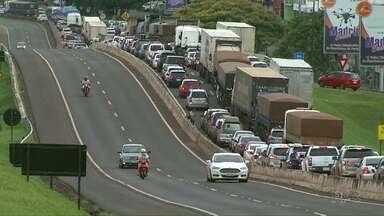 Motoristas enfrentaram fila pra cruzar hoje a fronteira - Filas de caminhões se formaram na BR 277