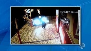 Motorista de caminhonete é atingido por carro e derruba poste em Corumbá, MS - Uma passageira foi levada ao pronto socorro com ferimentos leves. Sinaleiro novo foi instalado no cruzamento onde aconteceu o acidente.