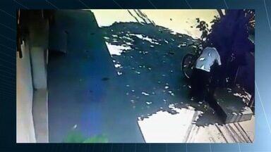 Homem é flagrado furtando bicicleta no centro de Goiânia - Um vídeo mostra o criminoso passando várias vezes pelo local, em atitude suspeita.