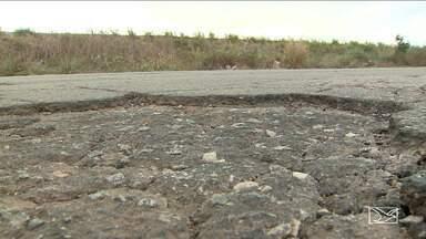 Buracos na BR 135 causam acidentes, transtornos e prejuízos - Pedestres e motoristas tem sofrido com falta de manutenção do quilômetro zero ao 69 da rodovia federal