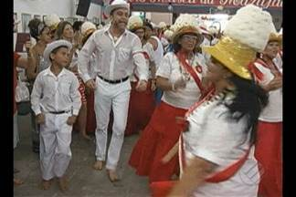 Na Marujada, em Bragança, devotos dançam em reverência a São Benedito - Ele é o santo protetor dos escravos.