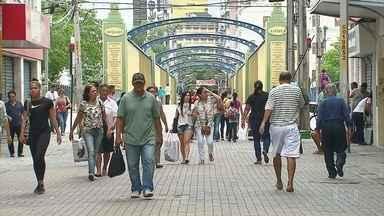 Consumidores procuram lojas do Centro do Recife para trocar presentes após o Natal - Apesar de não estar prevista no Código do Consumidor, trocas costumam ser feitas pelas lojas para atrair mais clientes.