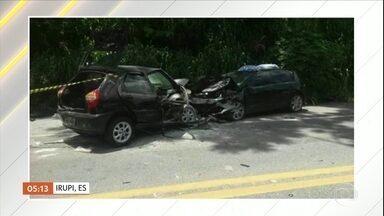 Acidente com dois carros deixa seis mortos no Espírito Santo - Acidente aconteceu na BR-262. Os dois carros bateram de frente num trecho de pista simples e faixa dupla. Um helicóptero foi usado no resgate às vítimas. Três pessoas continuam internadas.