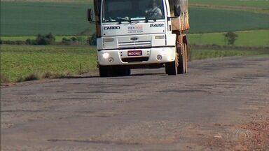 Motoristas e produtores rurais reclamam do resultado de obra na GO-010 em Luziânia - Eles esperam há mais de três anos para que as condições da rodovia melhorem.