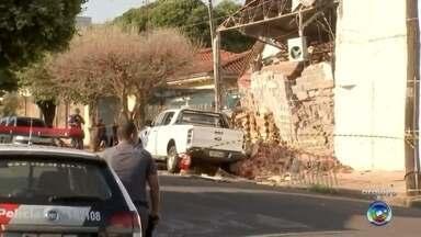 Polícia prende no Paraguai suspeito de participar de assalto à Protege em Araçatuba - Um homem foi preso nesta terça-feira (26), no Paraguai, suspeito de participar do assalto à Protege, em Araçatuba (SP), no dia 16 de outubro de 2017, onde uma quadrilha armada explodiu os cofres da empresa de valores e levou cerca de R$ 10 milhões. Segundo a polícia, o suspeito é Murilo Rodrigues Moreira, de 23 anos. Ele era o responsável por cuidar do depósito de armas de uma facção criminosa.