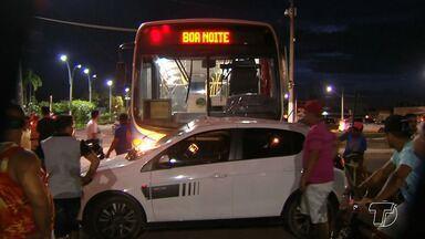 Carro e ônibus colidem em cruzamento das avenidas Anysio Chaves e Sérgio Henn, em Santarém - Segundo testemunhas, a motorista que provocou o acidente estava no carro de passeio e fez a conversão à esquerda, que é proibida.