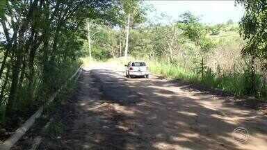 Motoristas reclamam das más condições da estrada do Country Club, em Itatiaia, RJ - Ciclista e também pedestres estão tendo dificuldades ao passar pela via que liga o Centro aos bairros Vila Flórida e Campo Alegre.