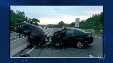 Feriadão começa com imprudência e acidentes graves em rodovias federais - Na BR-101, no RJ, dois acidentes mataram 11 pessoas. Nas rodovias federais, de cada 10 motoristas abordados pela fiscalização, seis foram multados.