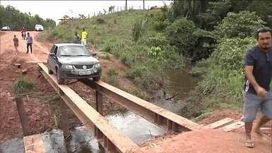Motoristas se arriscam em pontes precárias em estradas do país - Barras de ferro substituem a ponte que caiu na MA-119, no Maranhão. Na BR-153, em Goiás, a ponte balança quando os veículos passam.