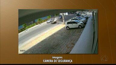 Carro capota após colisão no bairro de Tambaú, em João Pessoa - Além de capotar várias vezes, o caso chamou a atenção porque acabou parando quase estacionado ao lado de outro.