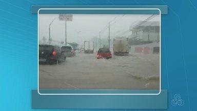 Chuva causa transtornos em ruas de Manaus - Ventos fortes derrubaram árvores.