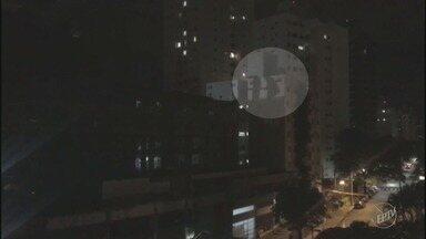 Obras noturnas em prédio incomodam moradores do bairro Cambuí, em Campinas - Fiscais da Prefeitura fizeram vistoria na construção fica na Rua Coronel Quirino descobriram que não há autorização para fazer os reparos depois das 19h.