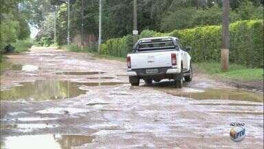 Moradores reclamam das más condições do bairro Vale da Santa Felicidade, em São Carlos, SP - Segundo a população, quando chove a situação fica pior com várias poças d'água se formando pelas ruas.