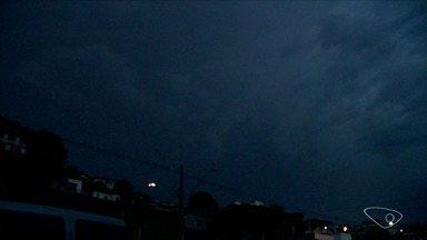 Raios cobrem céu da Grande Vitória - Chuva forte começou no final da tarde desta quarta-feira (3).