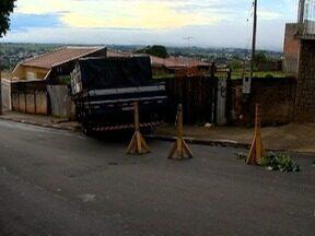 Caminhão que bateu em muro é retirado de área na Vila Marcondes - Acidente aconteceu na noite da terça-feira (2), em Presidente Prudente.