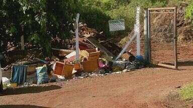 Lixo é descartado do lado de bolsões de entulhos em Araraquara, SP - Mesmo com espaço correto para destinação de entulho e lixo, muitos materiais são descartados em lugares irregulares